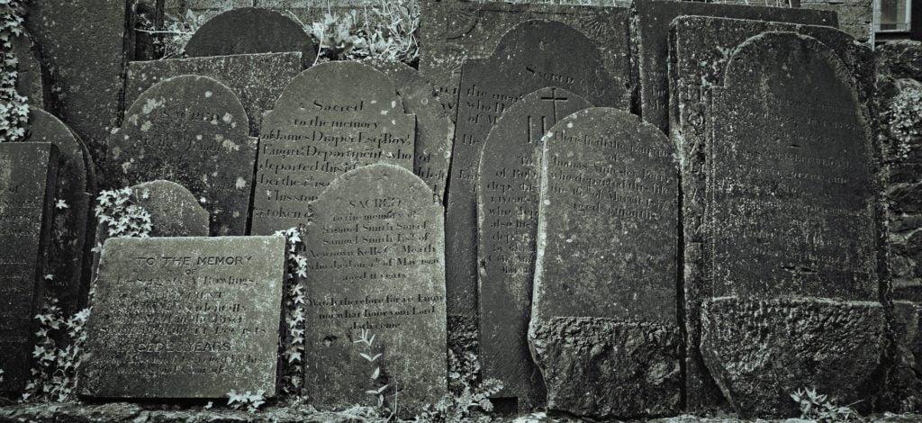 tabliczki pogrzebowe z napisami